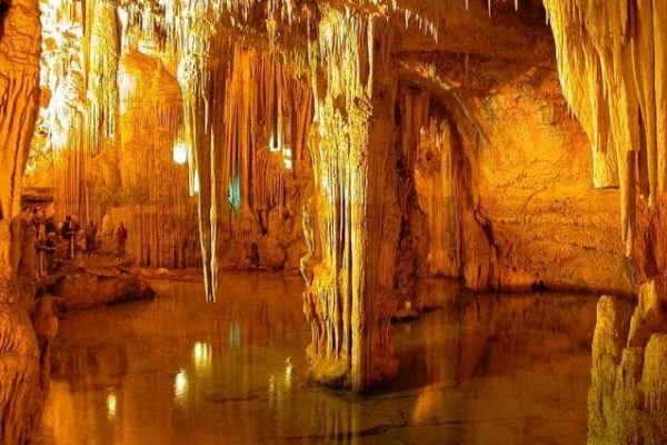 Il fantastico mondo sotterraneo delle Grotte di Nettuno